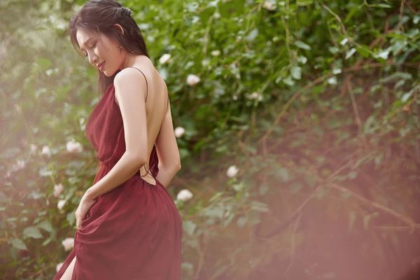 Văn Phượng 'Mẹ ghẻ' mặc gợi cảm, lột xác trong phim mới