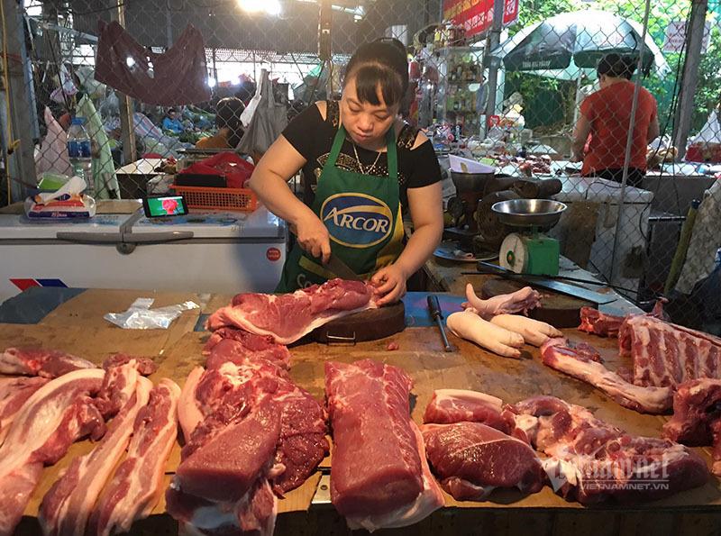 Nông dân giảm giá, tiểu thương vẫn bán đắt, buôn thịt lợn lãi đầy túi