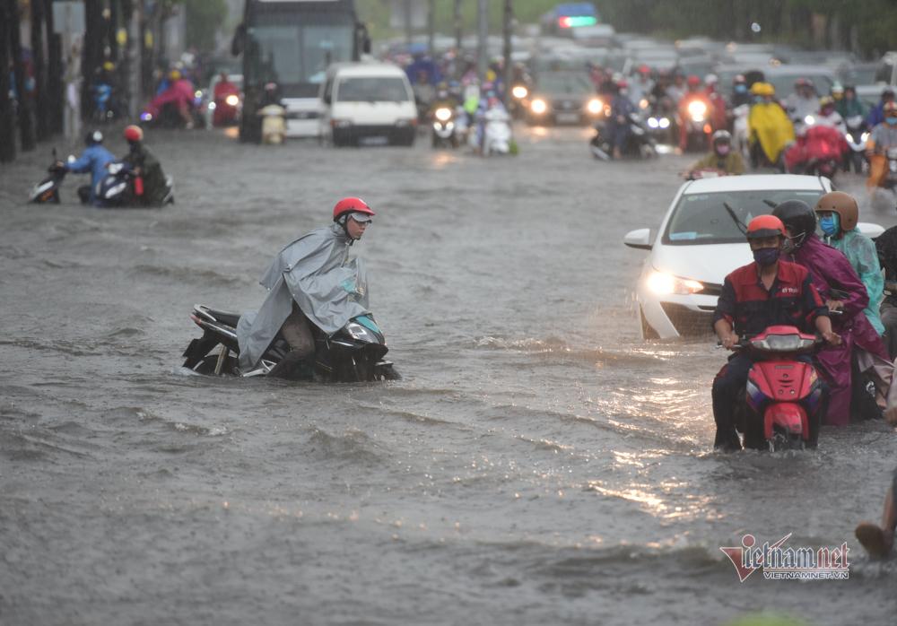 Sài Gòn mưa lớn hơn hai giờ, người dân chật vật lội nước về nhà