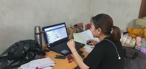 Nhân viên sử dụng máy tính và điện thoại di động để trao đổi, giao dịch với khách hàng trực tuyến online
