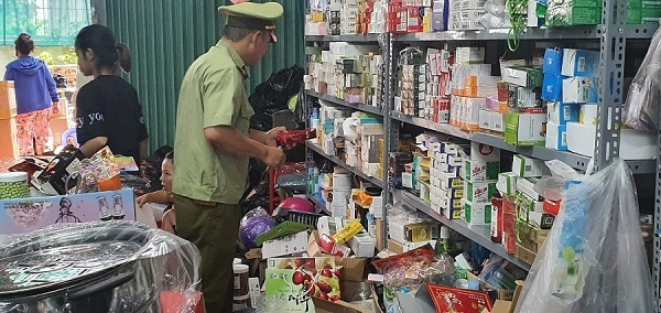 Lực lượng chức năng tiến hành kiểm tra cơ sở kinh doanh