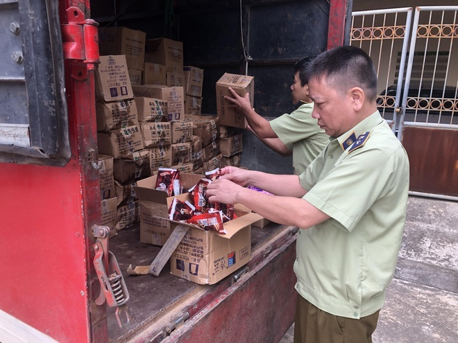 Đồ ăn gắn mác 'nội địa' Trung Quốc giá siêu rẻ bán tràn lan