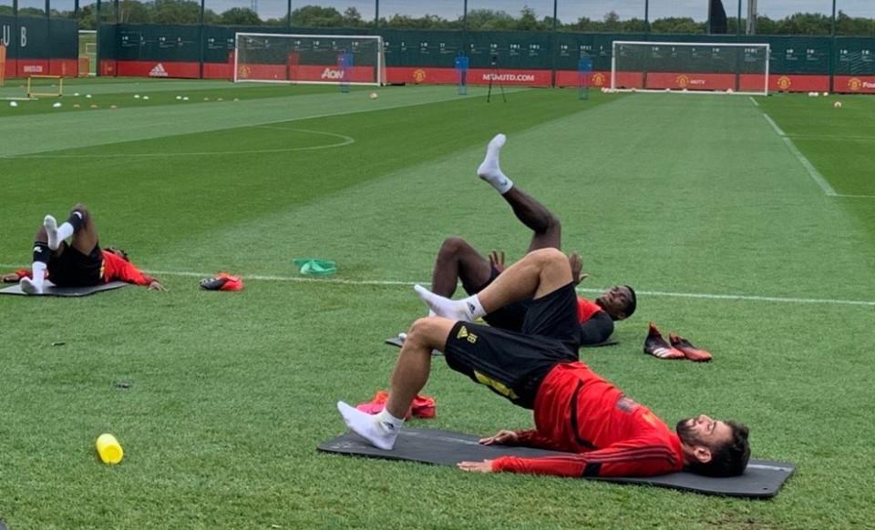 Bruno Fernandes 'nắn gân' Pogba trước trận MU đấu Tottenham