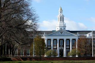 Harvard bỏ yêu cầu điểm SAT và ACT trong tuyển sinh 2021