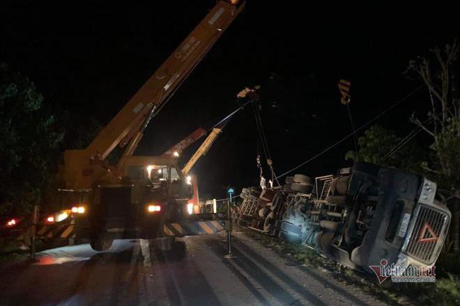 Xe container đè bẹp xe khách, 3 người chết tại chỗ
