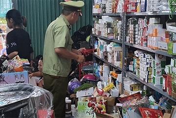 """Hà Nội: Đột kích """"tổng kho"""" kinh doanh hàng giả, hàng lậu qua facebook"""
