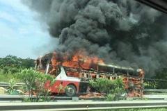 Xe khách cháy ngùn ngụt trên cao tốc Nội Bài - Lào Cai