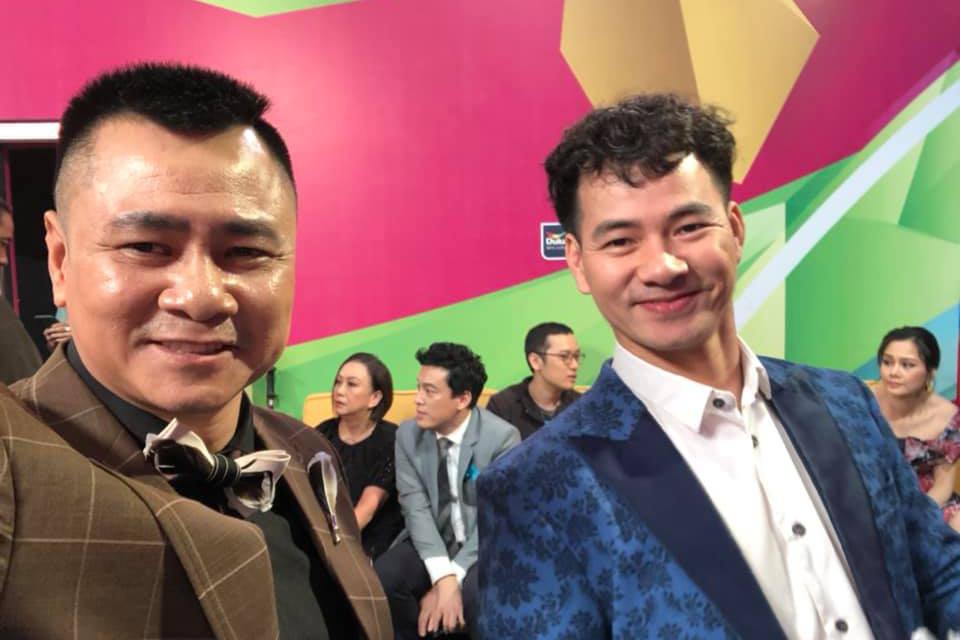 Vợ chồng Dương Khắc Linh hội ngộ Hà Hồ - Kim Lý tại sân bay