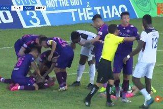 Video cầu thủ Sài Gòn FC suýt nuốt lưỡi trận gặp HAGL