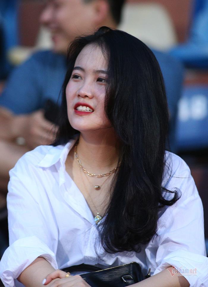 Bạn gái Quang Hải, Văn Hậu khoe sắc ở Hàng Đẫy