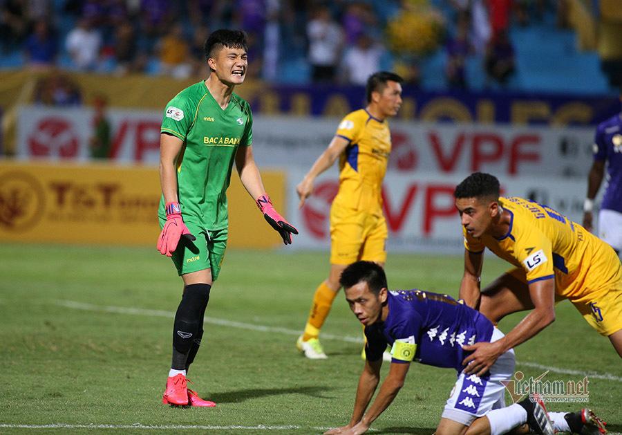 SLNA đấu TPHCM: Công Phượng đụng thủ môn hay nhất V-League