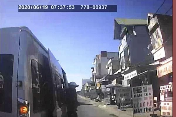 Tài xế bị đối tượng lạ mặt chặn xe hành hung