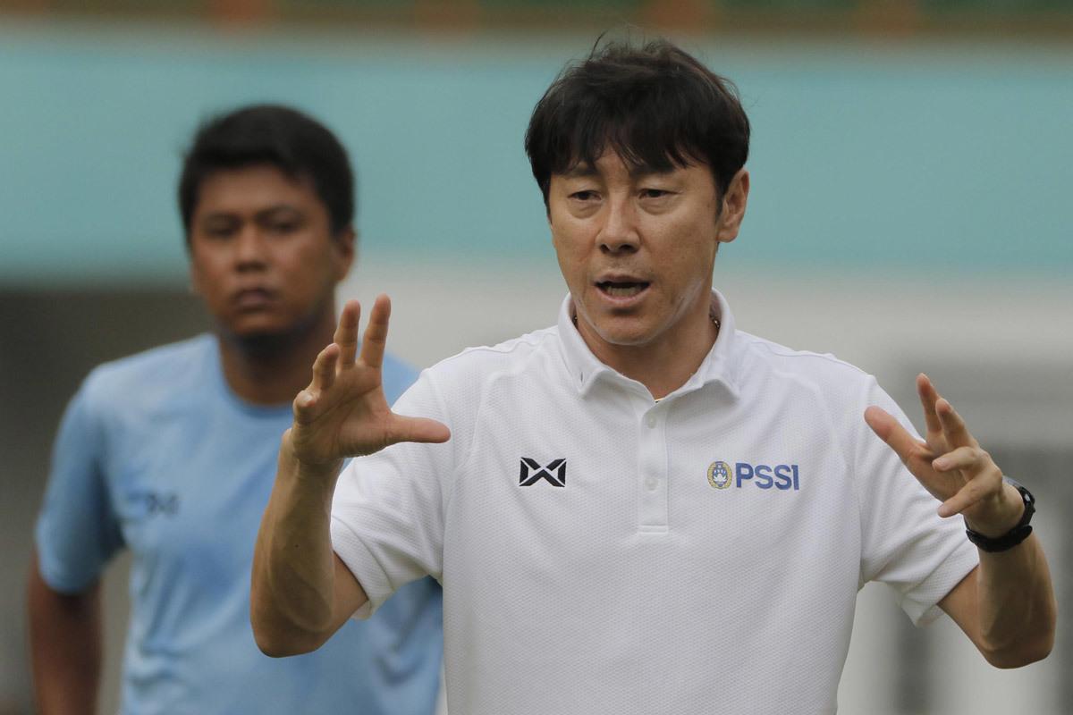 Chờ đấu Việt Nam, HLV Indonesia tính đường từ chức
