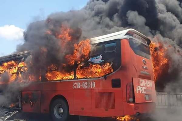 Xe khách giường nằm cháy ngùn ngụt ở Thanh Hóa