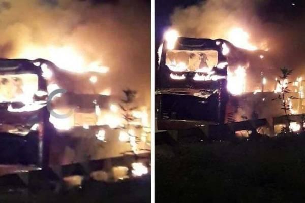 Ô tô 45 chỗ bốc cháy ngùn ngụt trên vành đai 3 ở Hà Nội