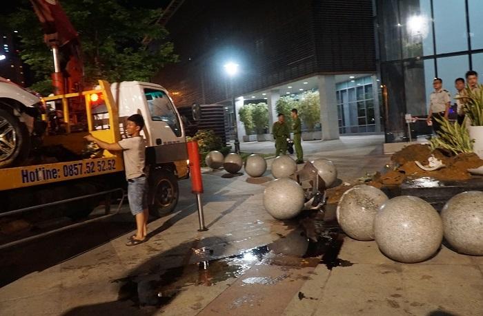 Xế hộp húc văng 2 người rồi lao vào tòa nhà hành chính Đà Nẵng