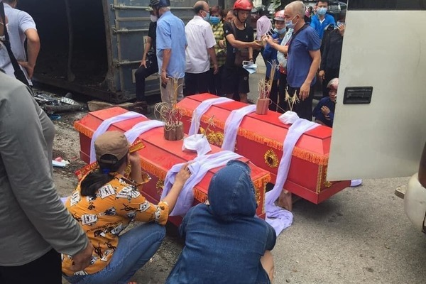 Ô tô lật nghiêng đè hai mẹ con tử vong ở Yên Bái