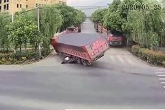 Nhờ mũ bảo hiểm, người phụ nữ thoát chết trong tai nạn kinh hoàng