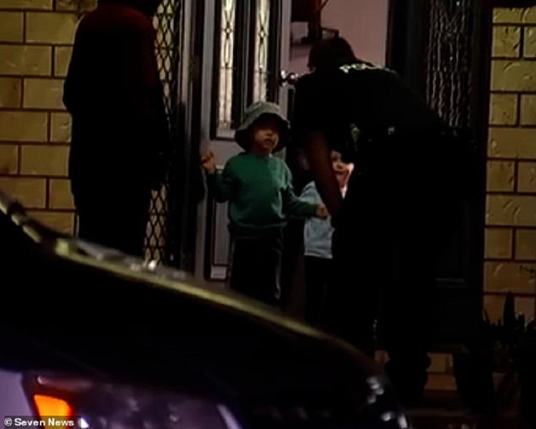 Cậu bé 3 tuổi lái xe đâm sập nhà hàng xóm