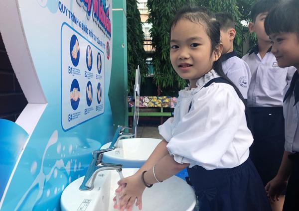 Viglacera tặng 10 trạm rửa tay cho các trường tiểu học ở TP.HCM