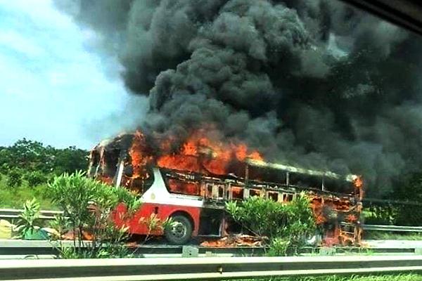 Xe khách bốc cháy liên tiếp, hành khách đi xe lo lắng