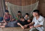 Ba đứa trẻ khốn khổ vây quanh người mẹ mắc bệnh hiểm nghèo