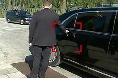Khoảnh khắc vệ sĩ xịt chất bí ẩn lên tay nắm cửa siêu xe của Putin