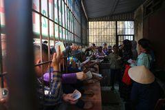 Người dân xứ Nghệ chen lấn mua vé xem Công Phượng đấu Văn Hoàng