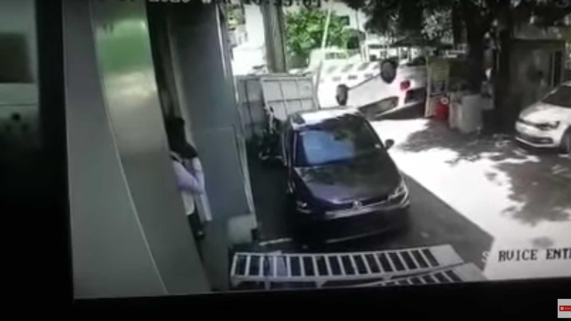 Vừa nhận ô tô mới đã lái húc đổ cổng đại lý