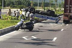 Ô tô tuần tra lật ngửa sau va chạm, 2 CSGT bị thương