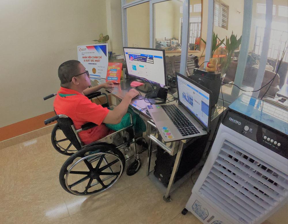 Chàng trai Quảng Ninh kiếm tiền từ 3 công việc chỉ bằng một ngón tay