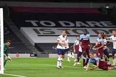 """Mourinho quá """"son"""", Tottenham thắng nhờ bàn phản lưới"""