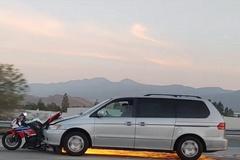 Mô tô kẹt đầu xe gây toé lửa, tài xế vẫn liều lĩnh tăng tốc bỏ chạy