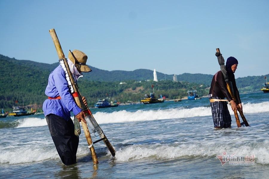 Ngâm mình dưới nước, cởi trần làm việc dưới nắng như đổ lửa ở Đà Nẵng