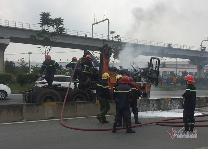 Xe container cháy ngùn ngụt, trơ khung trên xa lộ Hà Nội