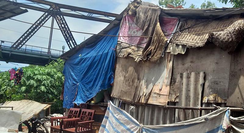 Xóm nghèo Hà Nội: Phủ chăn lên mái nhà, làm ướt giường để tránh nóng