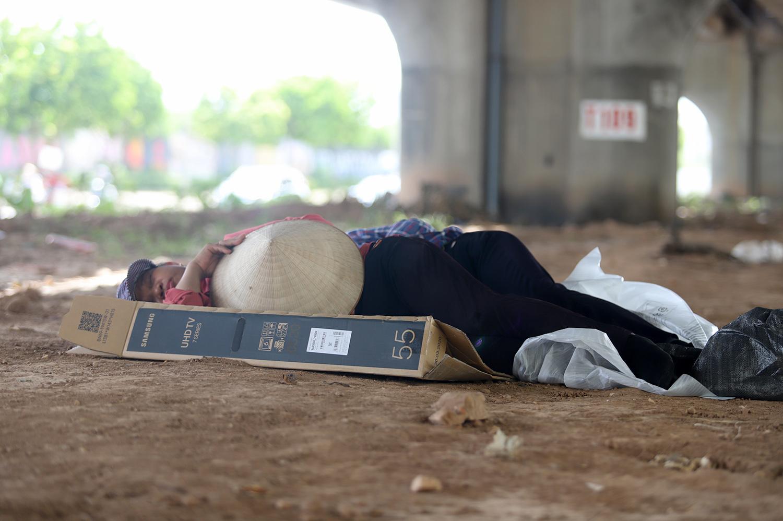 Giữa trưa nóng hầm hập 55 độ, vẫn ngủ say sưa trên đường Hà Nội