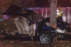 BMW mất lái tông thẳng gốc cây, đầu xe xé đôii