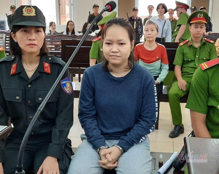 Bị cáo vụ giết người giấu xác trong bê tông được dìu tới tòa
