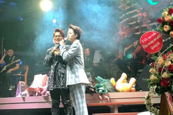 Bảo Hân - Quang Anh ôm nhau trên sân khấu hát 'I Love You'
