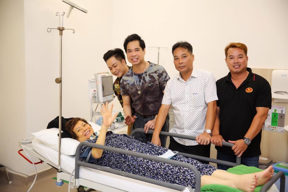 Ngọc Sơn biết ơn y bác sĩ chữa khối u cổ cho mẹ