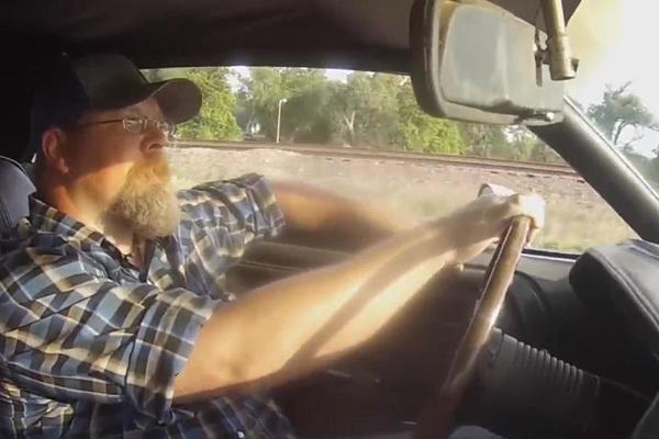 Con trai tìm thấy xe cũ của người cha quá cố sau 50 năm xa cách