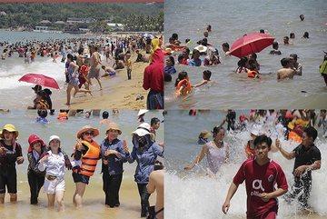 12h, hàng ngàn người đội mũ, che ô tắm biểnxả xui ngày Tết Đoan Ngọ