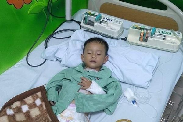 Thiếu 80 triệu đồng, bé trai 5 tuổi khó lòng mổ tim