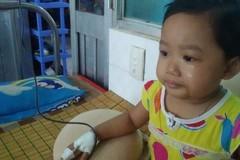 Bé gái xinh xắn bị ung thư, thiếu vắng cha phải ăn cơm thừa
