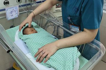 Bé sơ sinh bị bỏ rơi dưới hố ga phổi đông đặc, vẫn đang nguy kịch