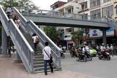 Hanoi: Few pedestrians use footbridges, underground passages
