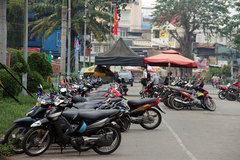 HCM City puts street vendors under better management, protects pedestrians