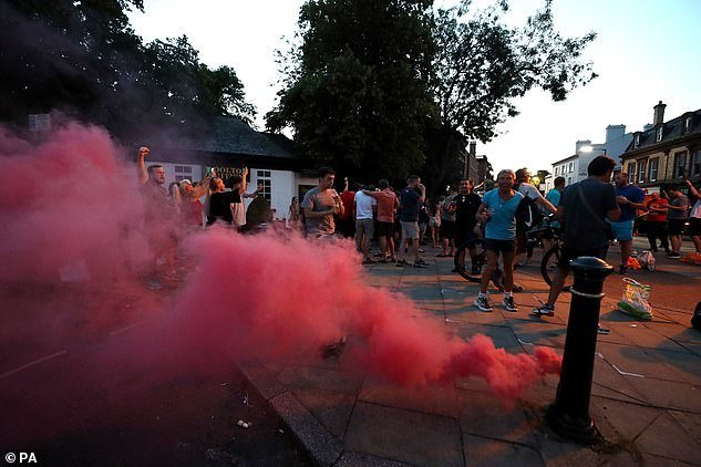 Fan Liverpool 'đi bão' thâu đêm mừng chức vô địch