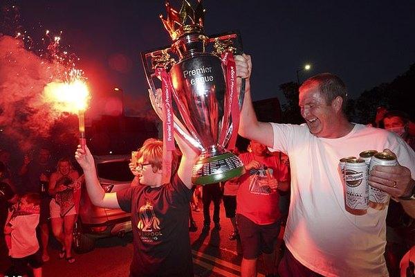 """Fan Liverpool """"đi bão"""" thâu đêm mừng chức vô địch"""